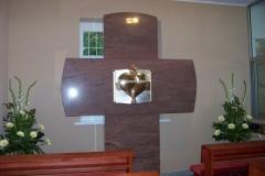 Adoračná kaplnka pohľad na kríž so schránkou uprostred.