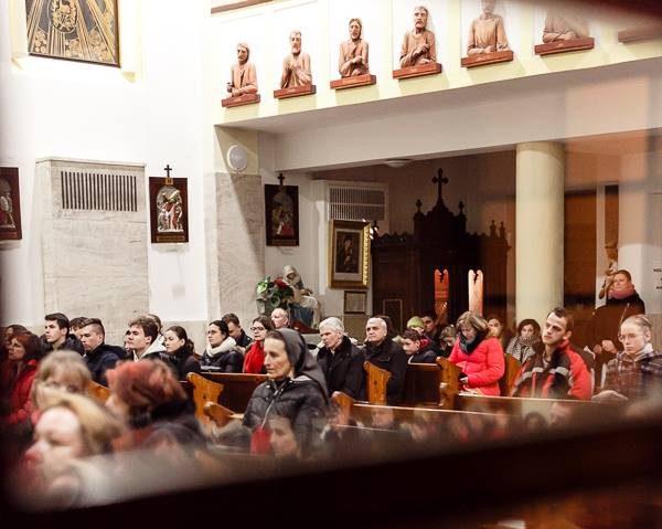Mládežka, pohľad na ľudí v kostole